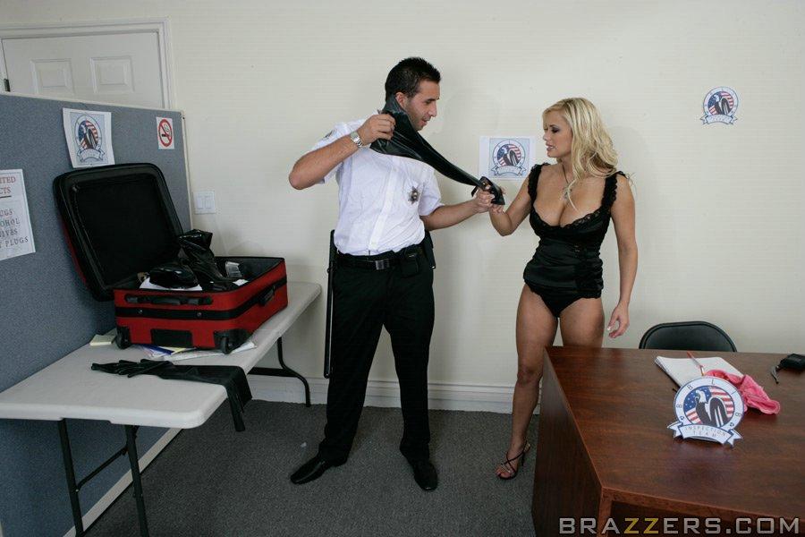 Таможенник проверил у сисястой блондинки багаж и анал в кабинете