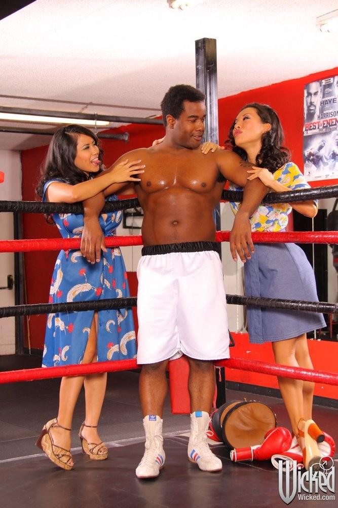 Две азиатские мамки набрасываются на ринге на темнокожего мужчину и старательно ублажают его