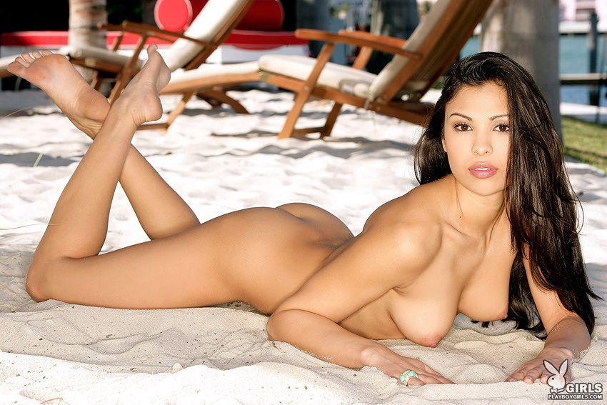 Темноглазая красотка Summer Lena стаскивает свое бикини и позирует голой на светлом песочном пляже
