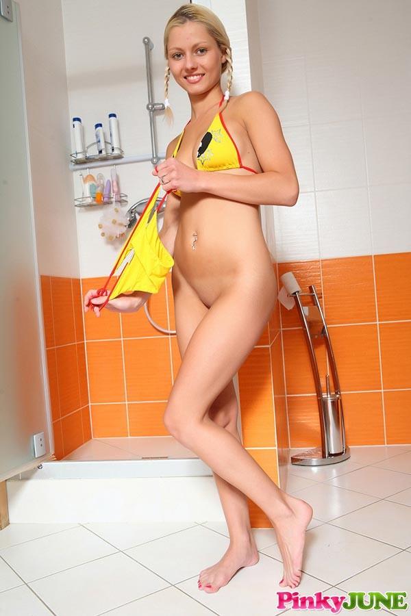 Пинки Джун онанирует в ванне