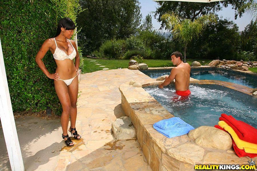Большегрудая черная красоточка Evanni Solei трахнулась с светлым парнем в открытом бассейне