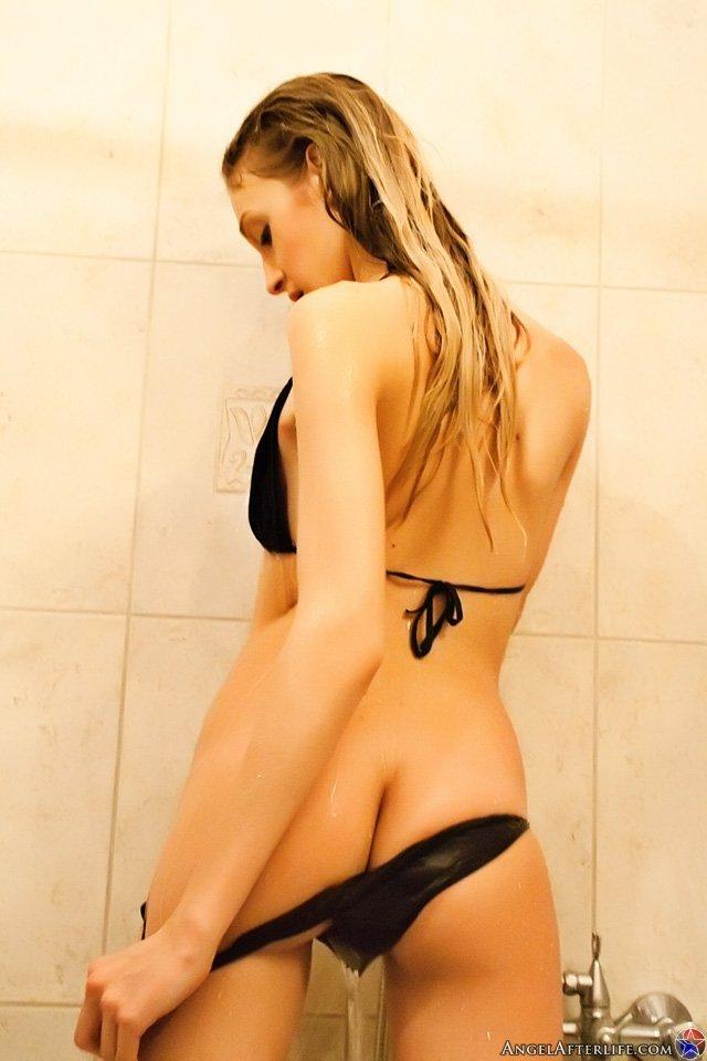 Брюнетка-подросток в черных трусиках Stacy Baby шалит в увесистой ванне
