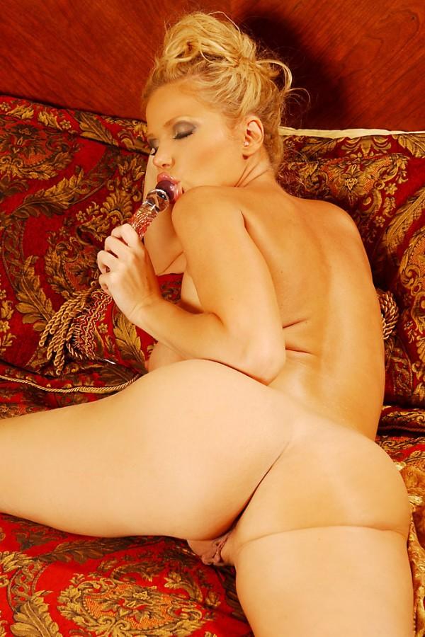 Роскошная мамочка-блондинка Victoria Zdrok показывает свою большие сиськи и привлекательную европейскую манду