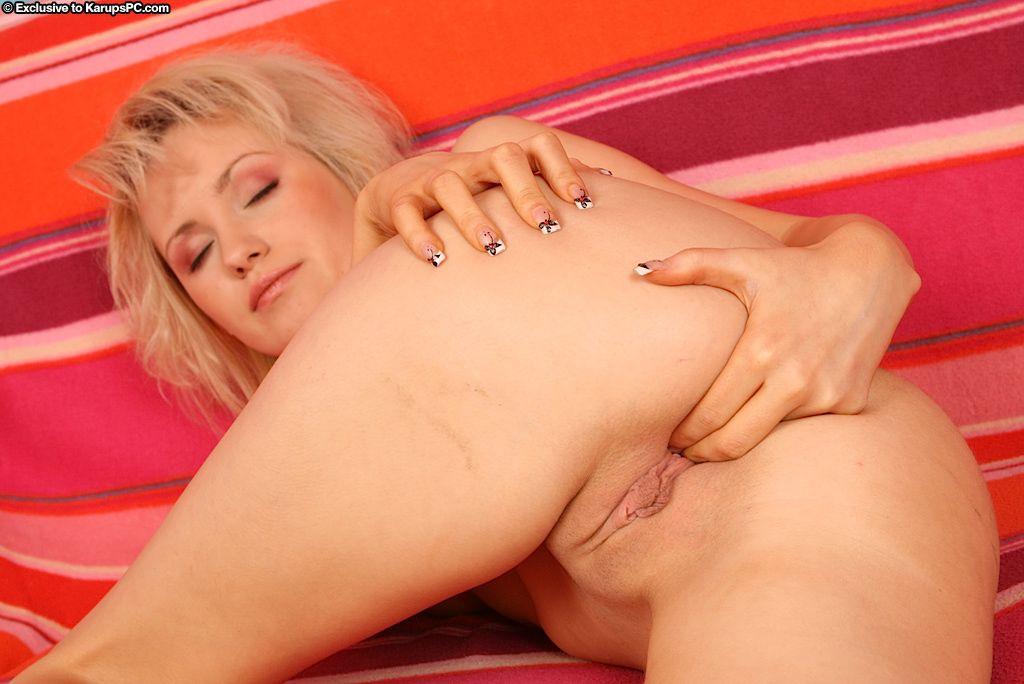 Ненасытная блондинка Terezie Karups засовывает пальчик между нежных половых губок