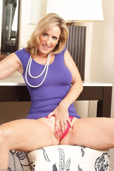 Взрослая блондинка захотела откровенную фотосессию с голой вагиной и сиськами