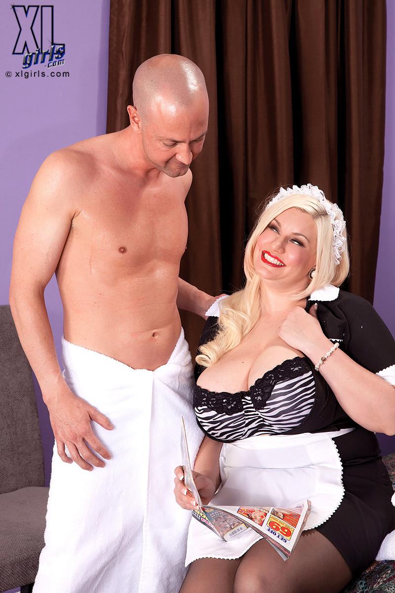Жирная домработница занимается сексом в униформе в гостинице