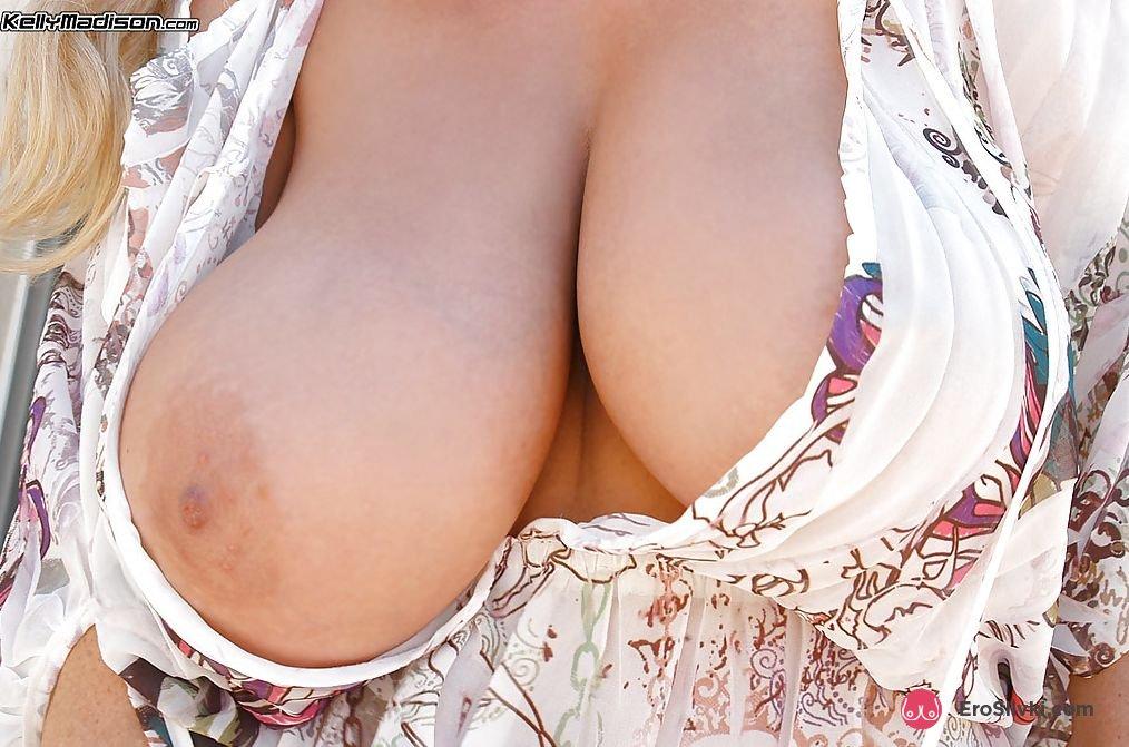Симпатичная леди с большим бюстом возбужденно снимается во дворе