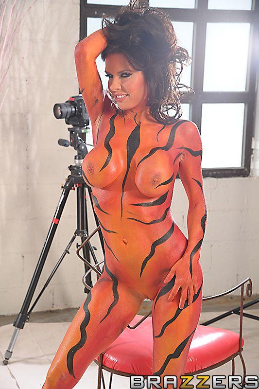 Пышногрудая мама Veronica Avluv принимает грязные позы для камеры и занимается грубым интимом