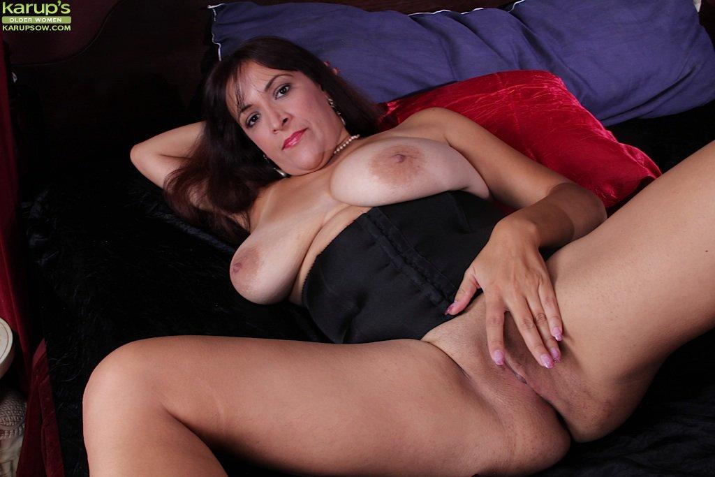 Горячая грудастая темноволосая девка Veronica Karups - взрослая тёлка, которая желает выставлять напоказ свои груди