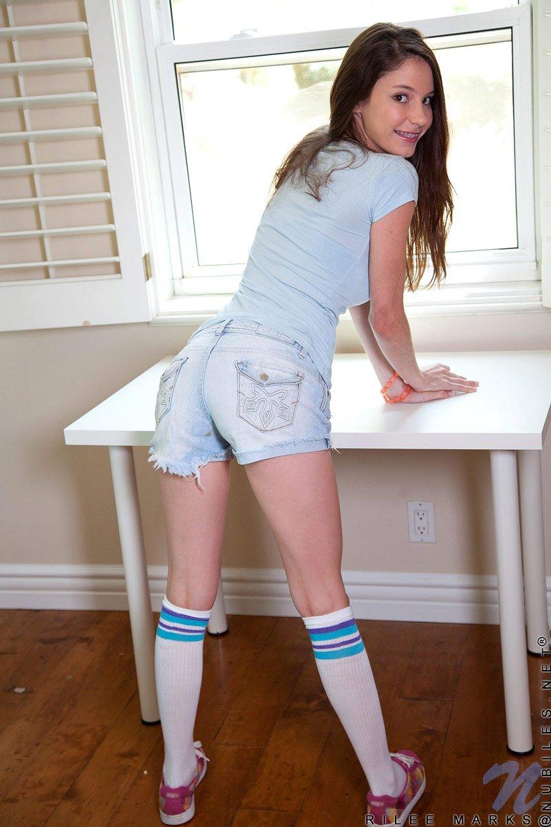 Девочка-шатенка Rilee Marks берет немыслимо большой голубой дилдо в свою писю
