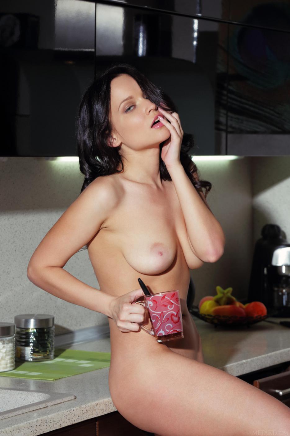 Распущенная брюнетка Marica A в домашних условиях обнажает свою удивительную дыру в домашних условиях