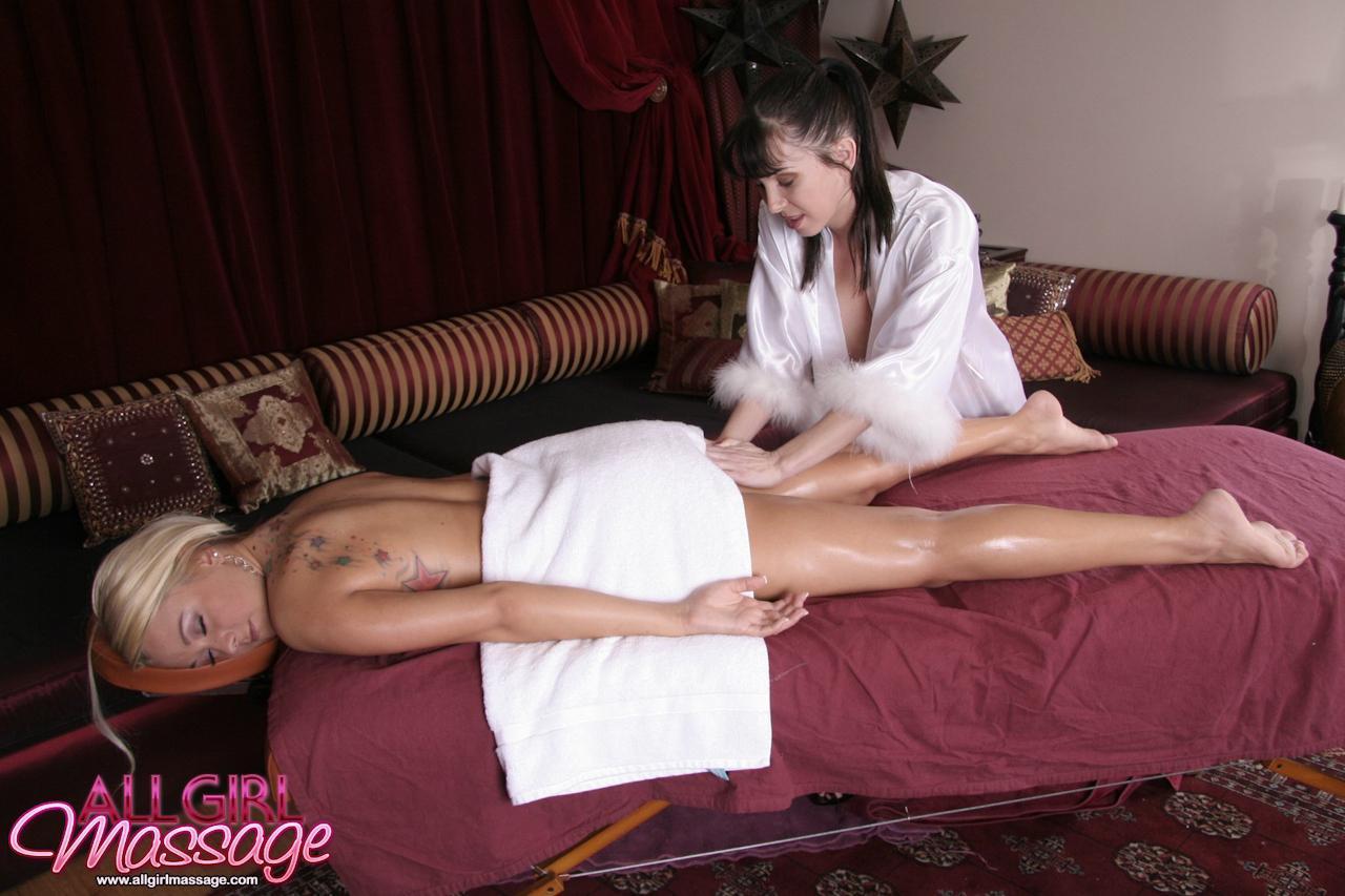 Brandy Blair получила хороший массаж и качественное вылизывание от брюнетки-массажистки