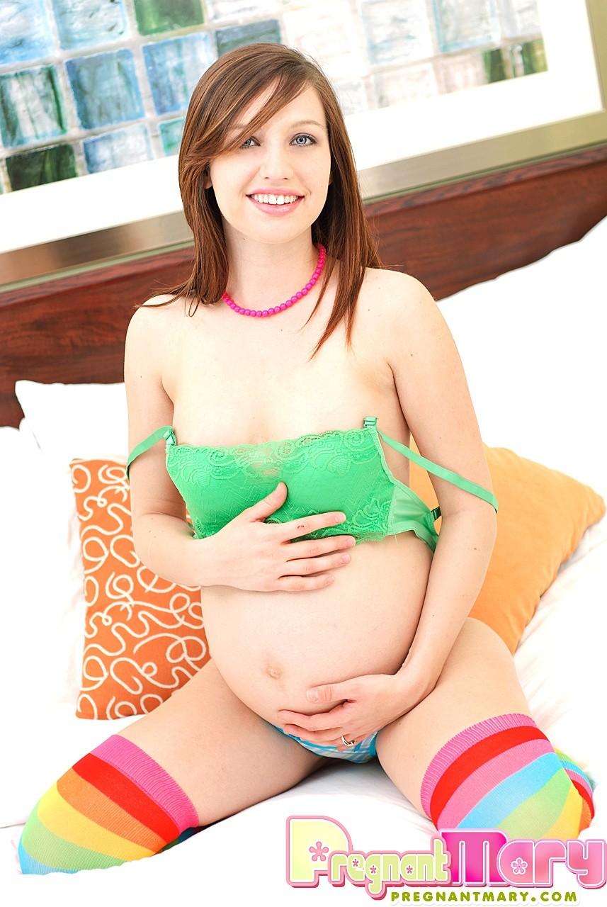 Беременная сучка устраивает стриптиз, показывая свое тело без белья, и трогает себя руками