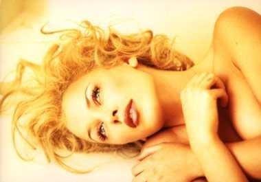 Различные красивые наряды блондинистой модели Kylie Minogue