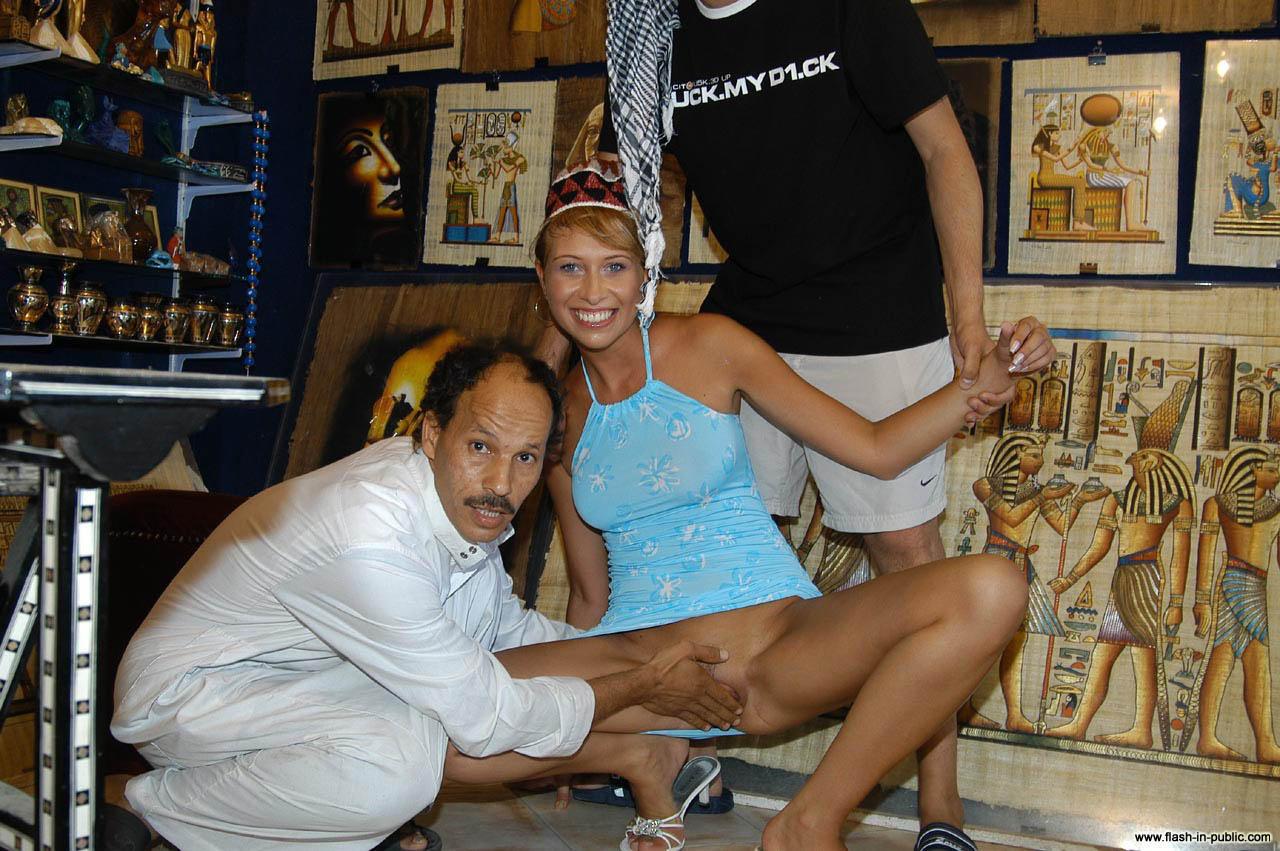 Туристка из Англии позволила потрогать вагину египетскому продавцу