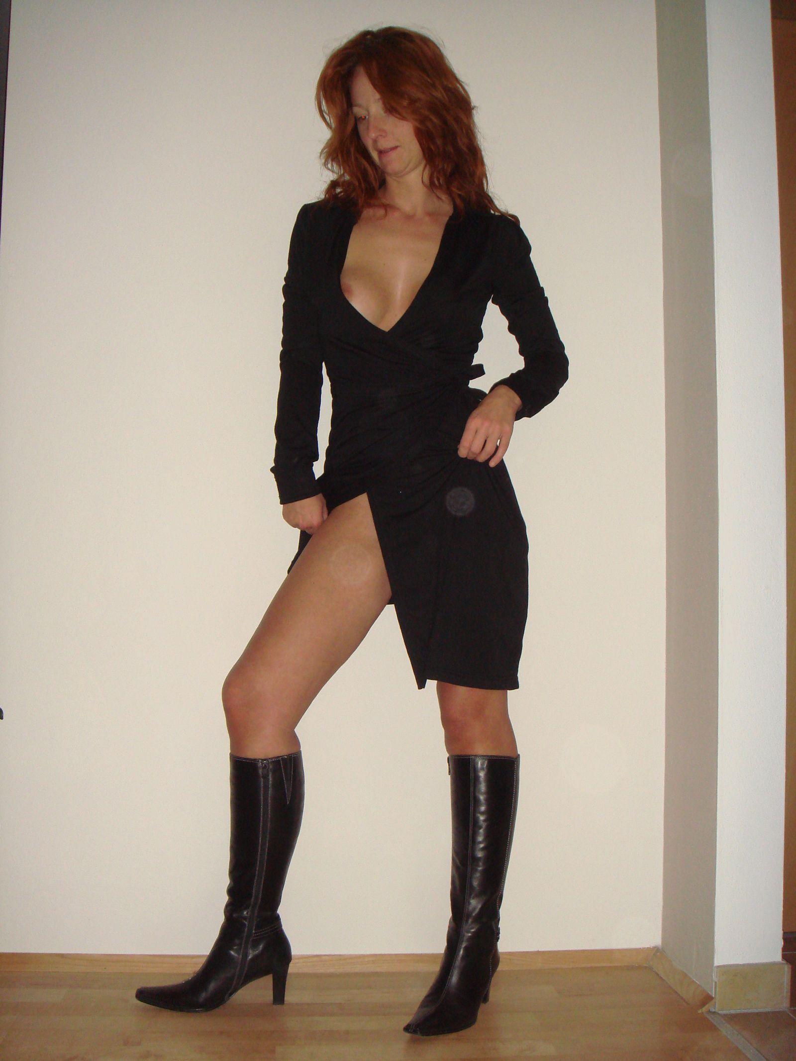 Рыжая австрийка без трусиков под платьем отсасывает