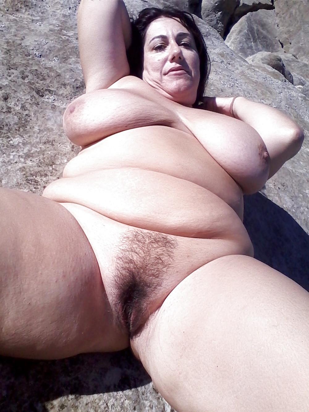 Жирная мамаша гуляет голая на пляже