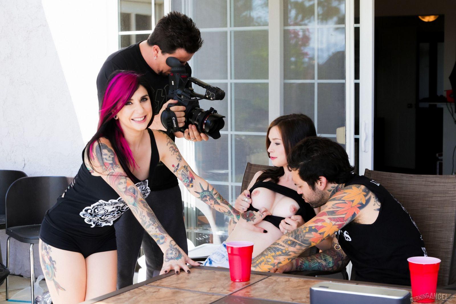 Отодрал на веранде 2-х татуированных девок