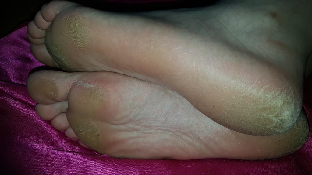 Пальцы ног спящей пьяной модели