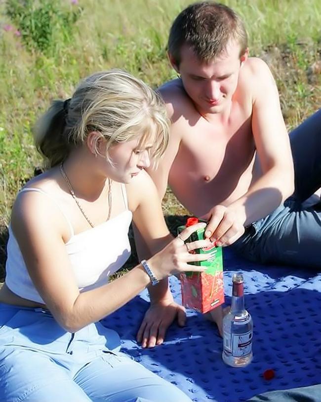 Соблазнительная интим с пьяной чикой на поляне xxx фото