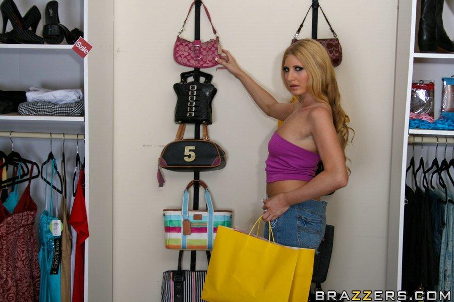 Шлюхастая блондинка в мини-юбке Larin Lane дает в зад прямо в магазине