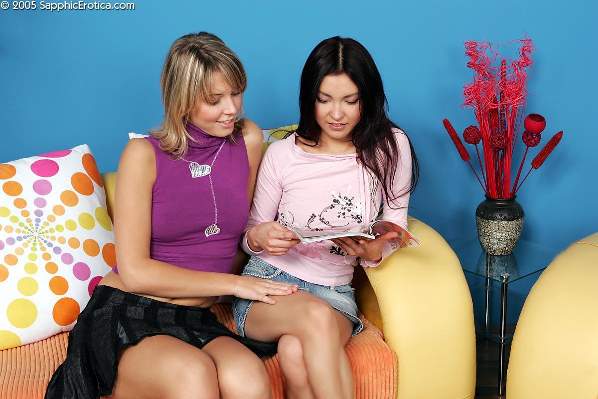Скучающие девчата Tori, Mae Sapphic и Paulina Sapphic снимают трусы полностью и играют в лесбийские игры
