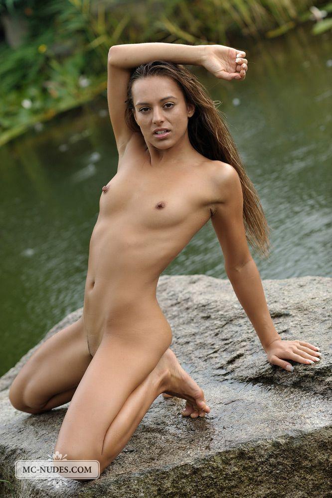 Милашка Dominika C хвастается в красивом месте
