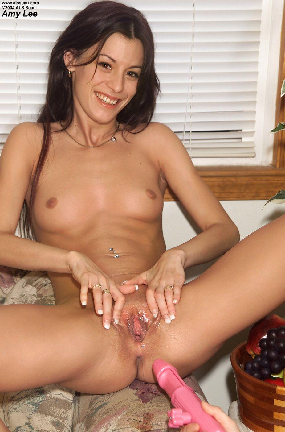 Голая девка Amy Lee  трахает пальцами себя в анал и показывает гладкую писю