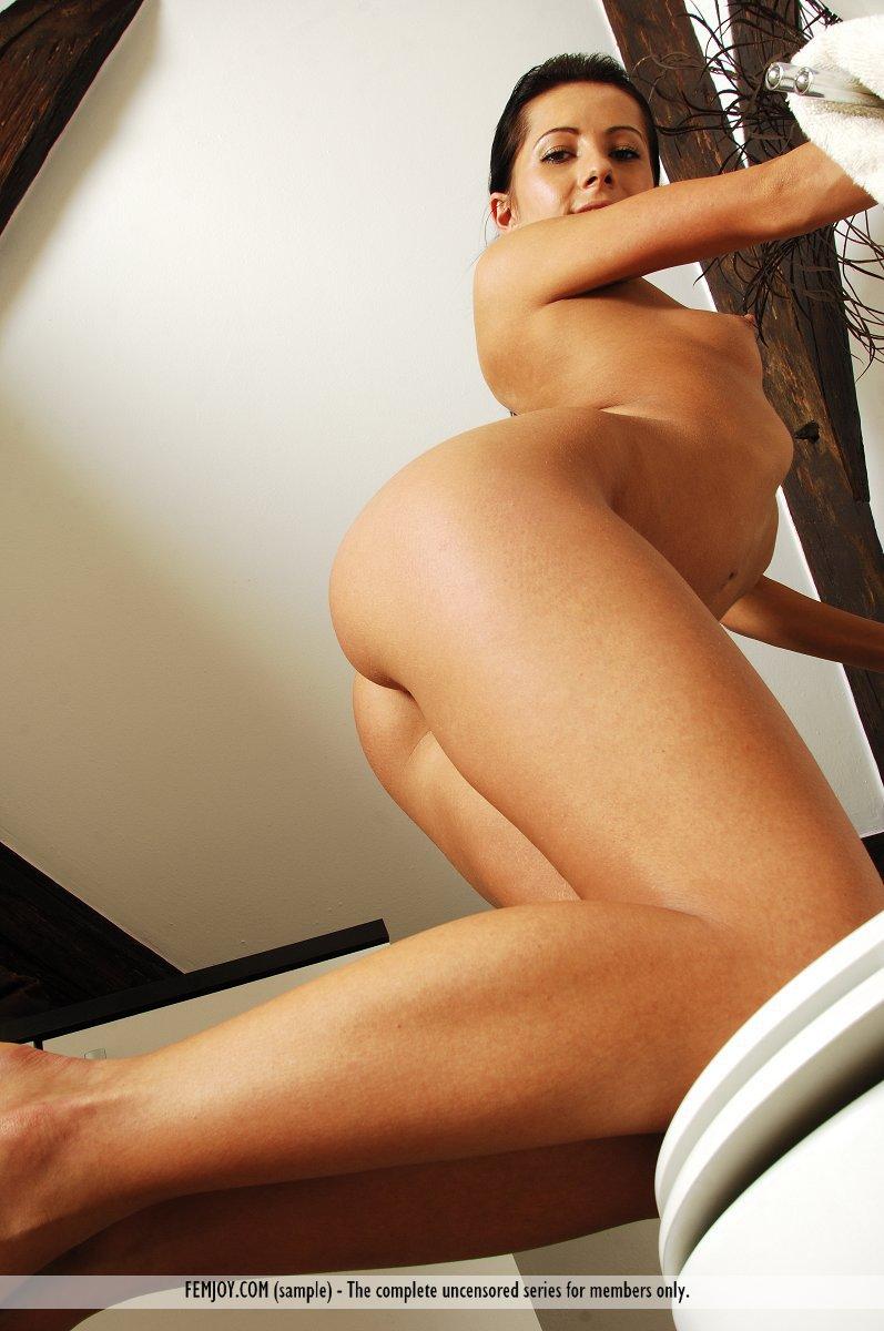 Голая брюнетка Victoria Rose сидит верхом на унитазе и разводит широко ноги