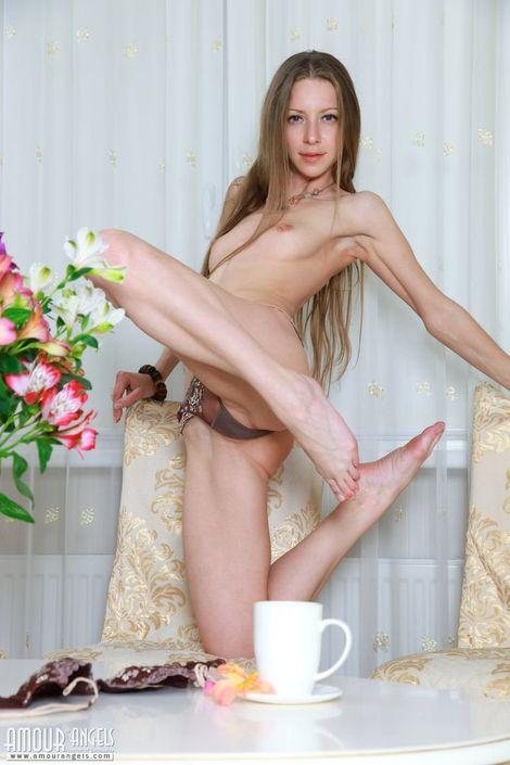 Длинноволосая шатенка с распахнутыми широко ногами приглашает пацана выебать ее в розовую вульву