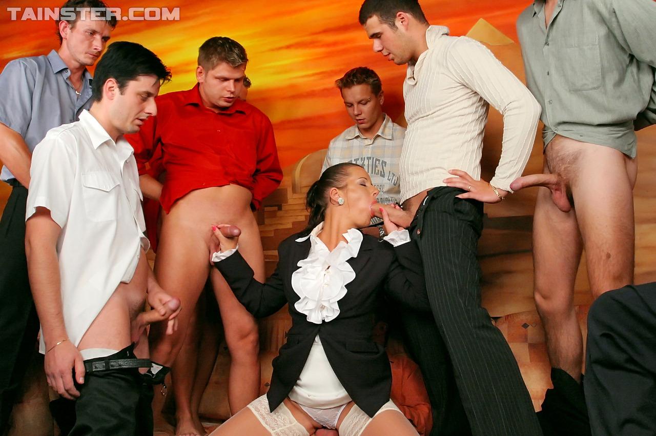 Хорошая деваха просит группу юношей предоставить ей групповое удовлетворение