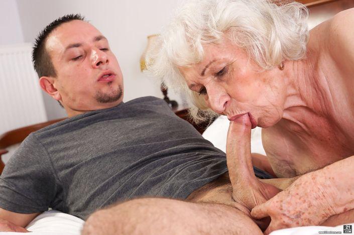 Сексуальный Молодой внучок жаждет трахать бабушку в морщинистую вагину