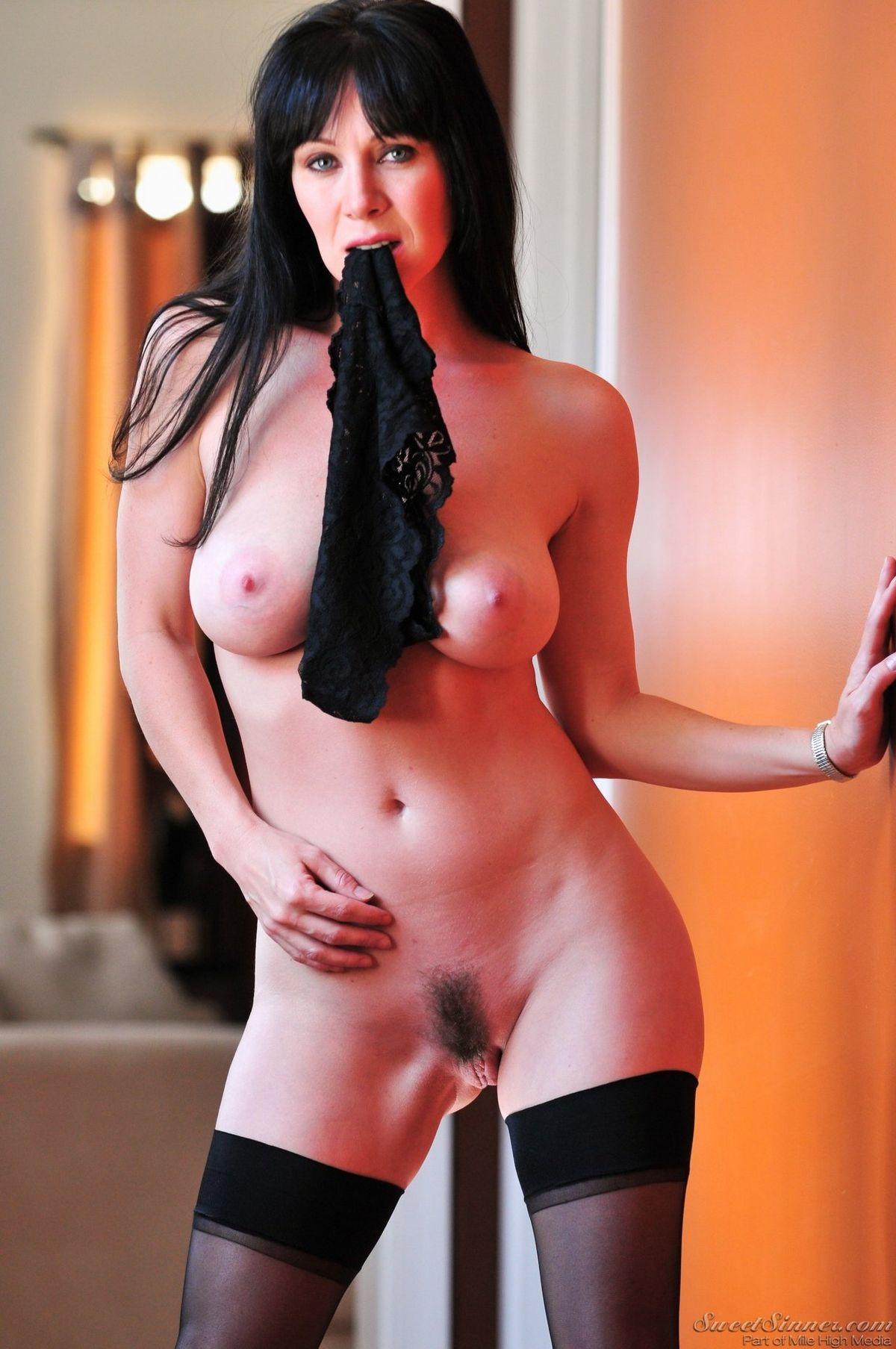 Сексуальная брюнетка эротично разделась и готова удовлетворить мужчину