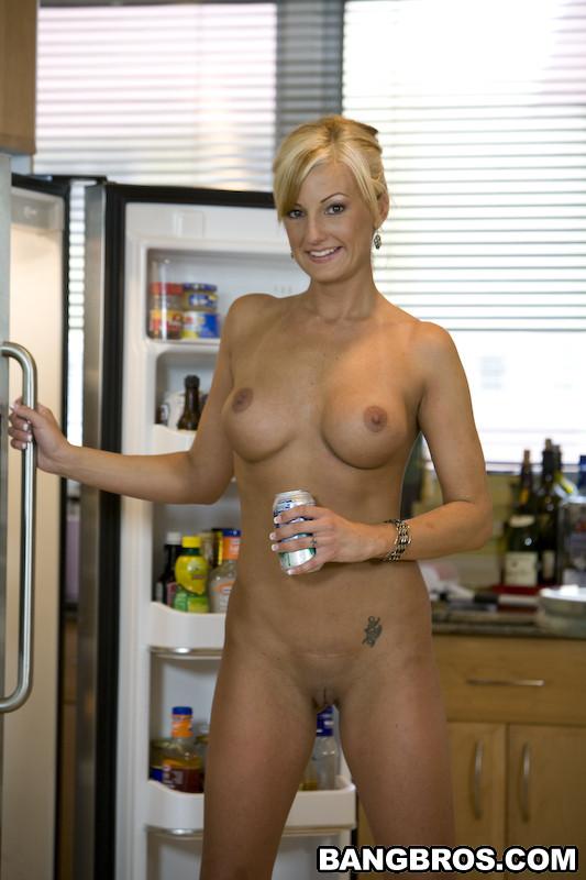 Взрослая малышка шалит на кухне